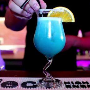 Голубые Гавайи: история создания коктейля, вкус и состав коктейля, рецепт, технология приготовления. Варианты коктейля Голубые Гавайи + 80 фото