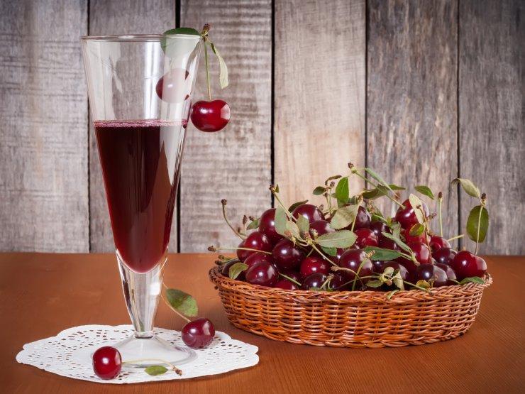 Вкусный и красивый коктейль с вишневым сиропом. Коктейльная вишня